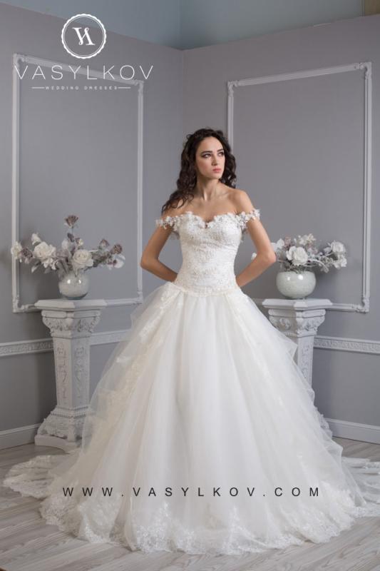В этом свадебном платье Вы будете выглядеть словно принцесса из сказки.  Корсет украшен необычным арнаментом из...
